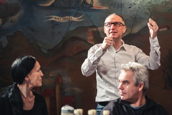 Režisér Svetozár Sprušanský počas skúšok hry Prízraky.