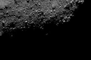 Výrez povrchu asteroidu Bennu.