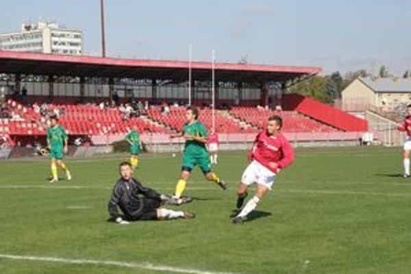 Labuda (v červenom) dáva vedúci gól Pov. Bystrice proti Topoľníkom.