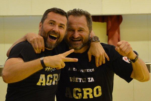 Úspešné duo Peter Kopecký (vľavo) a Pavel Farář sa raduje z druhého miesta v Extralige. Český tréner sa vracia ku rodine, pri kormidle Topoľčian bude pokračovať Kopecký.