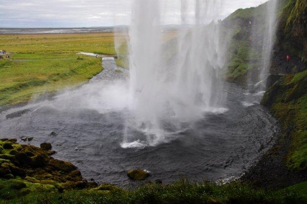Vodopád Seljalandsfoss z jeho zadnej strany