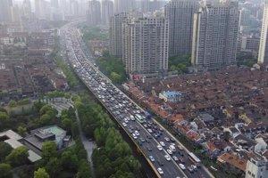 Pohľad z vyššieho poschodia jednej z rezidenčných budov v centrálnom Šanghaji