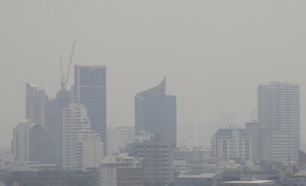 Pre hustý smog uzavreli v thajskej metropole viac než 400 škôl.