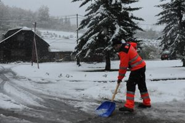 V Hornej Marikovej prišla zima predčasne. Kopy snehu odpratávali až do neskorého večera.