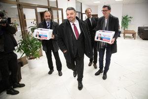 Eduard Chmelár odovzdáva v parlamente podpisy potrebné pre účasť v prezidentských voľbách.