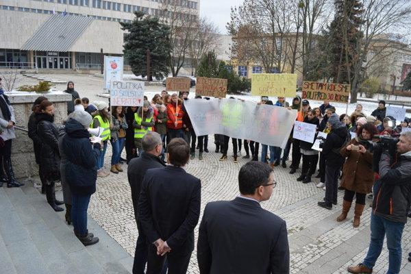 Protest žiakov Súkromného gymnázia v Bardejove pred úradom PSK.