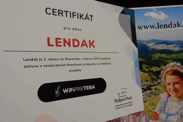 Na snímke certifikát, ktorý získala obec Lendak ako prvá na Slovensku v rámci projektu WiFi pre Teba.