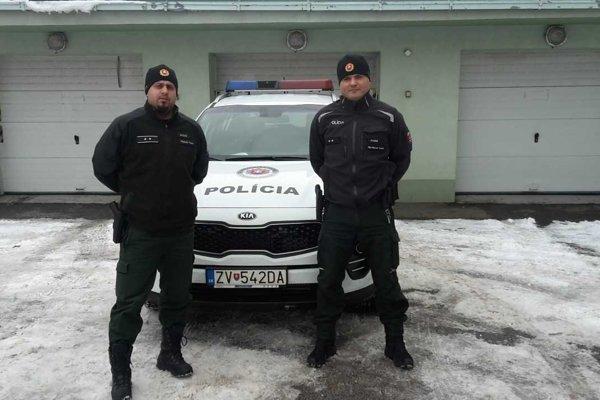 Záchrancovia v uniformách.