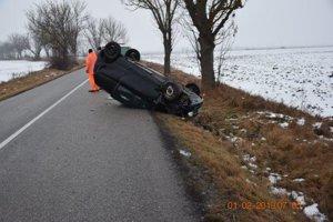Pri dopravnej nehode v Komárovciach sa ťažko zranili tri osoby, jedna má ľahké zranenia.