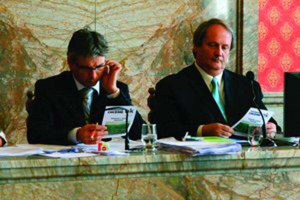 Primátor Ján Pavlík (vpravo)a viceprimátor Miroslav Zuberec  si sústredene prezerajú leták od občianskych aktivistov.