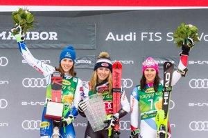 Zľava Petra Vlhová, Mikaela Shiffrinová a Wendy Holdenerová. Tri najlepšie pretekárky víkendu v Maribore.