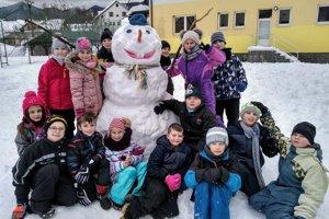 Snehuliakov stavali aj na školách.
