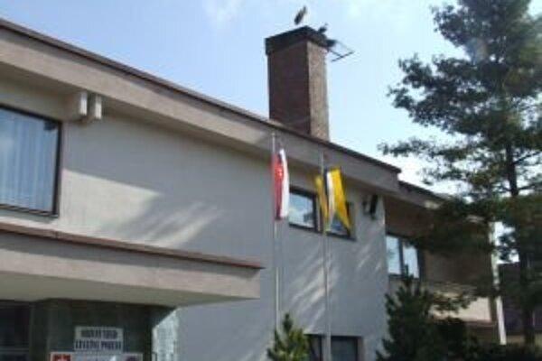 Bociany sa usídlili na komíne obecného úradu.