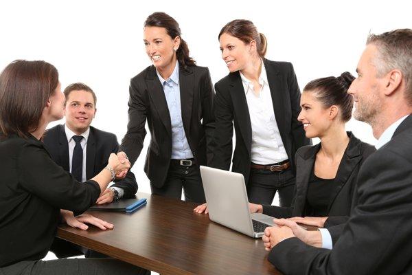 Študenti pri hľadaní práce využívajú aj pracovné agentúry.