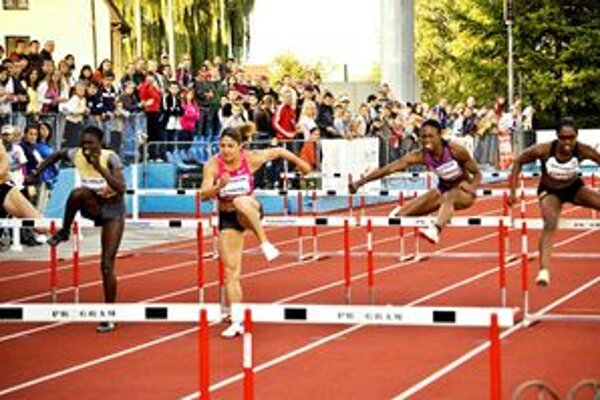 Američanka Harperová (druhá zľava) tretíkrát vyhrala v Dubnici 100 metrov cez prekážky.