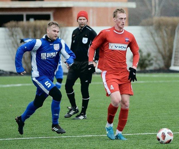 Zo zápasu FC ViOn – Šaľa: zľava Ľuboš Hanzel a Vladislav Chomutov.