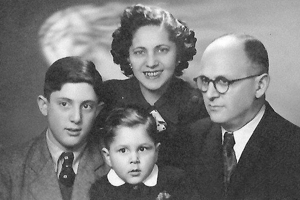 Šťastná rodina aj s Davidovým bratom, ktorý sa narodil po vojne.