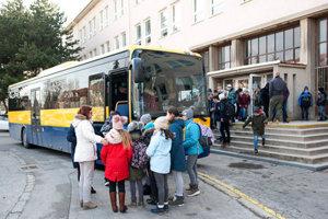 Žiakov z Bottovej školy vozí na obed autobus.