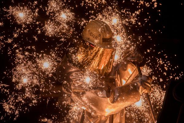 Zamestnanec oceliarne pri práci (ilustračné foto).