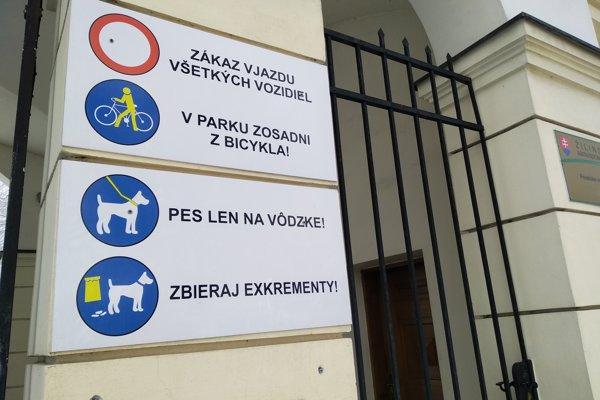 Mnohí psíčkari nerešpektujú, že v parku pri Budatínskom hrade musia mať psov na vôdzke.