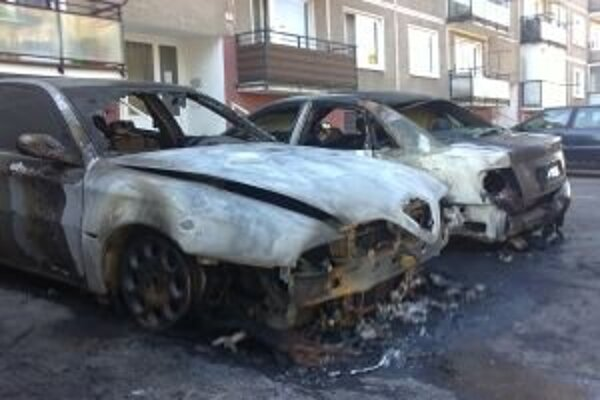 Auto na sídlisku Nábrežie bolo podľa riaditeľky hasičov zapálené úmyselne.