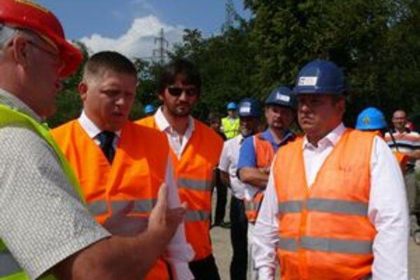 Zástupcovia mesta na prehliadku diaľnice organizovanú úradom vlády pozvaní neboli. V strede Fico a Kaliňák, vpravo Igor Choma.