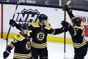 Peter Cehlárik (v strede) v drese Bostonu Bruins.