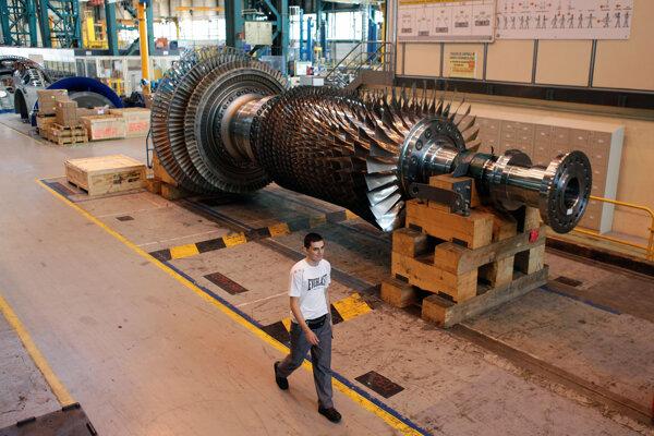 Zamestnanec kráča okolo turbíny v závode koncernu Alstom.