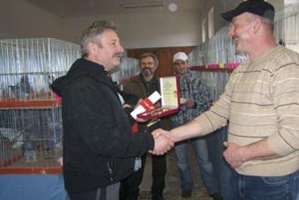 Starosta Partizánskej Ľupče Ľubomír Frič (vľavo) odovzdal ľupčianskym chovateľom za ich úspešnú činnosť cenu obce. Prevzal ju Dušan Dobák (vpravo).