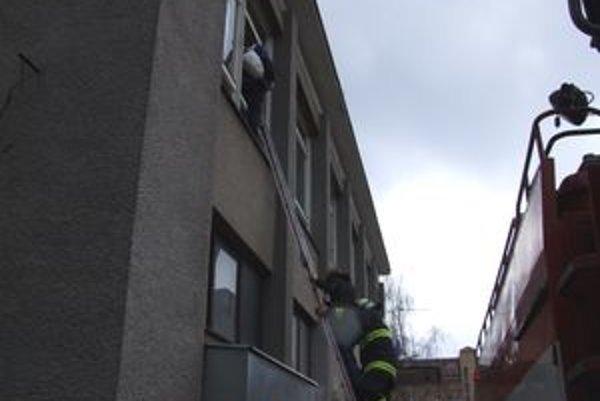 Hasiči dnes evakuovali študentov z triedy, našťastie išlo len o cvičenie.