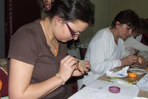 Pod taktovkou muža, rezbára Dalibora Novotného, pracovali ženy s rôznymi semienkami, aby vyzdobili kraslice.