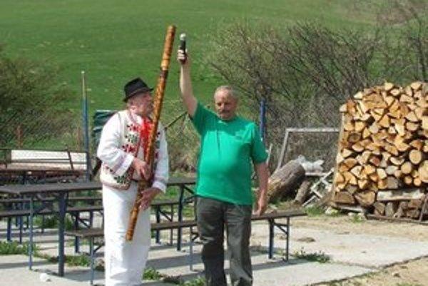 Maskotom otvorenia Bačovej cesty v Liptovskej Lúžnej bol sedemdesiattriročný bača na dôchodku Florián Šavrtka (vľavo). Zaspieval, zahral na fujarke aj píšťalke. Mikrofón mu držal predseda Lúžňanu Štefan Črep.
