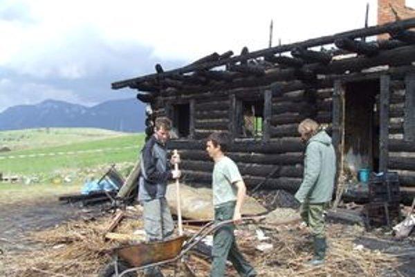 Nevzdajú sa. Hoci rodina Braňa Baláža prišla o ekologický dom v Beňušovciach pri Liptovskom Trnovci, po prvotnom váhaní sa rozhodla, že nový postavia na tom istom mieste. Pomôcť prichádzajú priatelia ochranára.