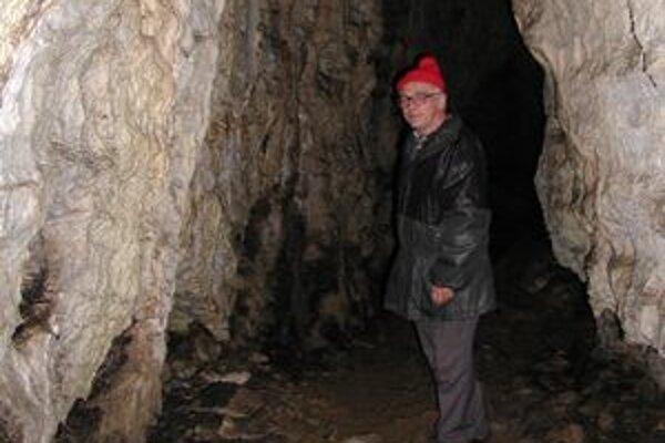 Kto príde v sobotu do Malej Stanišovskej jaskyne s básňou Ivana Laučíka (na fotografii), nemusí platiť vstupné.