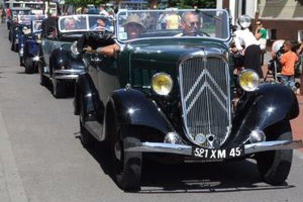 Sto historických vozidiel bude pred štartom vystavených na Námestí osloboditeľov v Liptovskom Mikuláši.