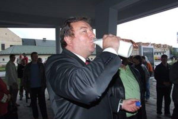 Ján Blcháč ochutnával len pred mesiacom čerstvé mlieko z prvého automatu v meste a už pribudol druhý. Tentoraz na Sídlisku Podbreziny.