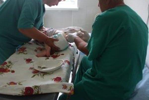 Lekár v Kyjeve aplikuje kmeňové bunky Simonke do chrbtice.