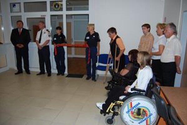 Na dispečingu  mestskej polície našlo prácu šesť zdravotne postihnutých ľudí. Pásku na chránenom pracovisku prestrihol liptovskomikulášsky primátor Ján Blcháč (vľavo) a náčelník mestskej polície Dalibor Šalplachta.