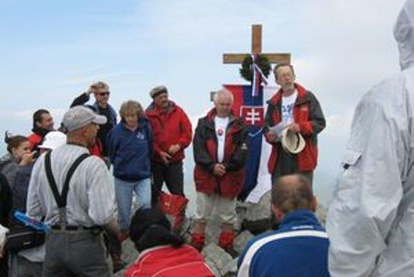 Na vrchole zaznela báseň Jána Bubelíniho Vyznanie Kriváňu. Recitoval ju Dušan Kubinec (vpravo), riaditeľ Domu Matice slovenskej v Lučenci.