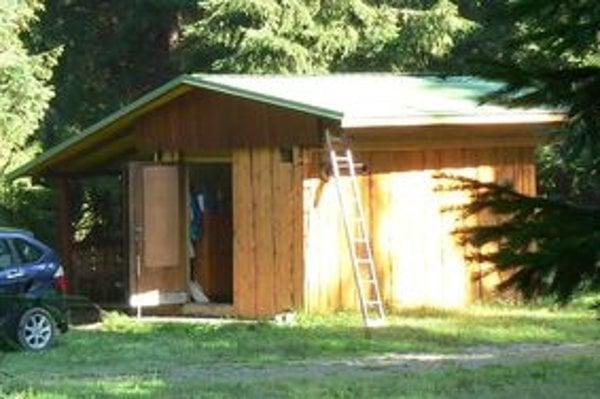 Z nevkusnej unimobunky alebo skrine z nákladného automobilu, ktorú majitelia obložia drevom, vznikne celkom slušná chata. Bez stavebného povolenia je to dočasná stavba, hoci aj roky.