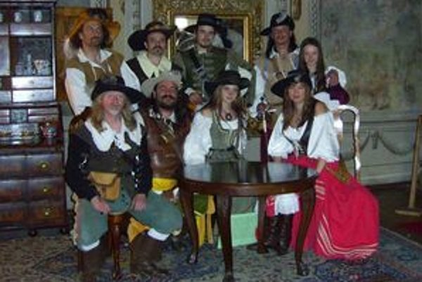 Mária Slejzáková (za stolom vpravo) ušila už viac ako dvesto historických odevov. Dokonca šila aj slávnostnú vyšívanú zástavu pre vavrišovský Hornoliptovský kurucký regiment.