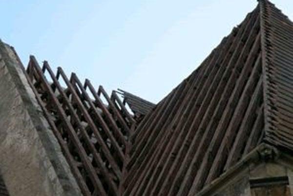 Krov výnimočnej strechy bol podhnitý, viac ako sto rokov ho neopravovali. Našli v ňom ešte guľky po strelách z 2. svetovej vojny.