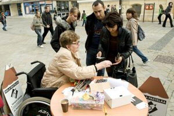 Dnes je hlavný deň zbierky Biela pastelka. Dobrovoľníci budú predávať pastelky a zbierať príspevky na pomoc ľuďom so zrakovým postihnutím v Liptovskom Mikuláši a v Ružomberku.