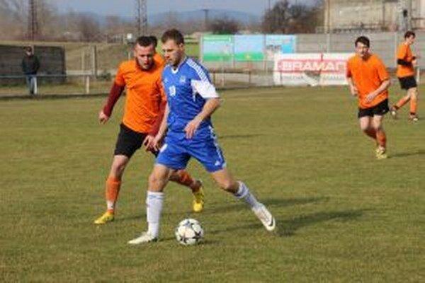 Brvnišťania (v oranžovom) budú preberať pred zápasom s Dulovom pohár pre víťaza 6. ligy.