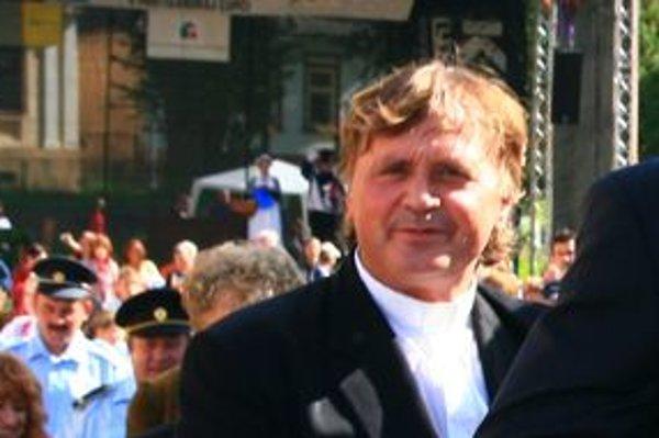 Michal Regec sa rozhodoval, či sa stane maliarom, alebo kňazom. Stal sa kňazom, ktorý maľuje.