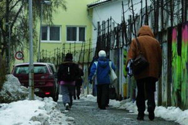 Majitelia nehnuteľností by mali priľahlé chodníky udržiavať v takom stave, aby boli bezpečné, priechodné a nehrozilo na nich ani spadnutie snehu zo striech.