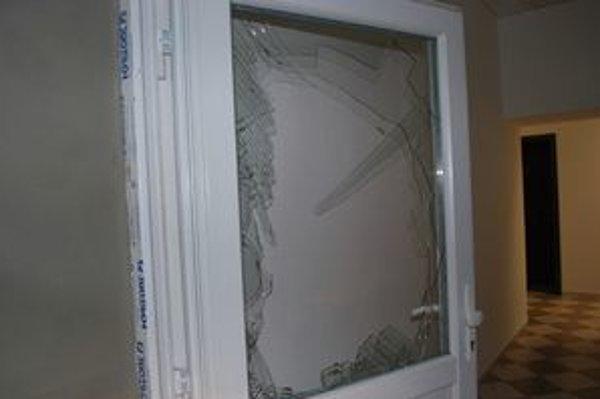 Po zlodejovi zostalo rozbité okno.
