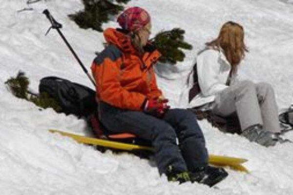 Tohtoročná lyžovačka v Jasnej je v nenávratne. Na svahoch však ešte možno využiť jarné slnečné lúče.