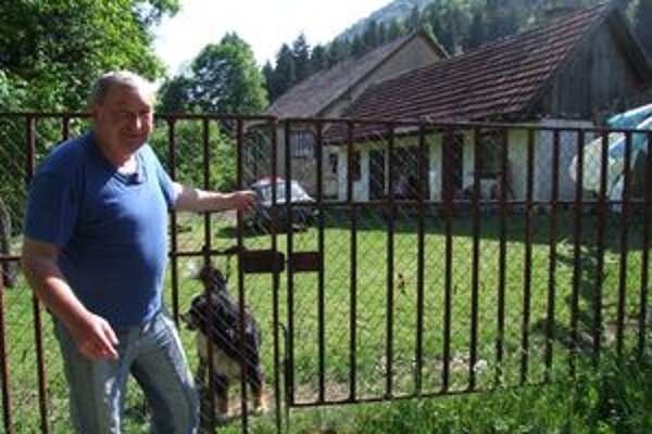 Zranenému poľovníkovi okamžite pomáhal Vladimír Halama.