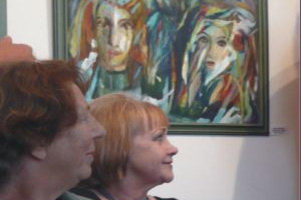 Juditá Feňvešová (vpravo) so svojím obrazom Kráľ a kráľovná.